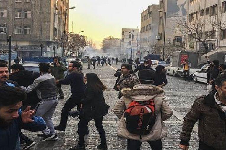 DEBKA: İran'daki en kalabalık gösteri 500 kişiyi aşmıyor